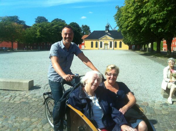 Cykling uden alder - august 2012 Første tur nogensinde - Gertrud, Joan og Ole på Kastellet (foto Ukendt svensk turist med Ole Kassows kamera)